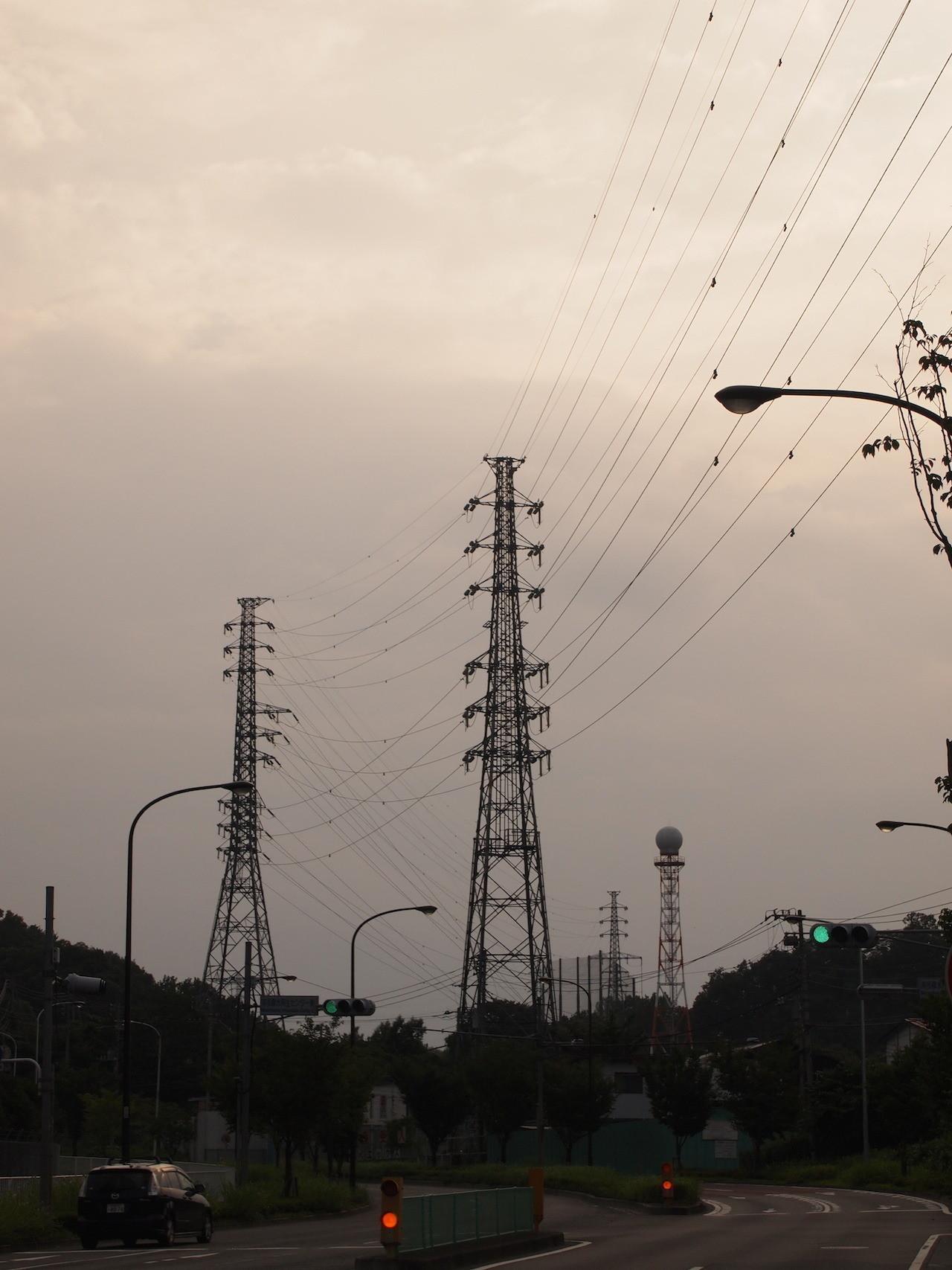上段はJRの境八線、下段に東電の浄水場と清掃工場への支線が相乗りしている。右奥の丸いのが乗った塔は、東京アメッシュの稲城レーダー。 2014年7月撮影。