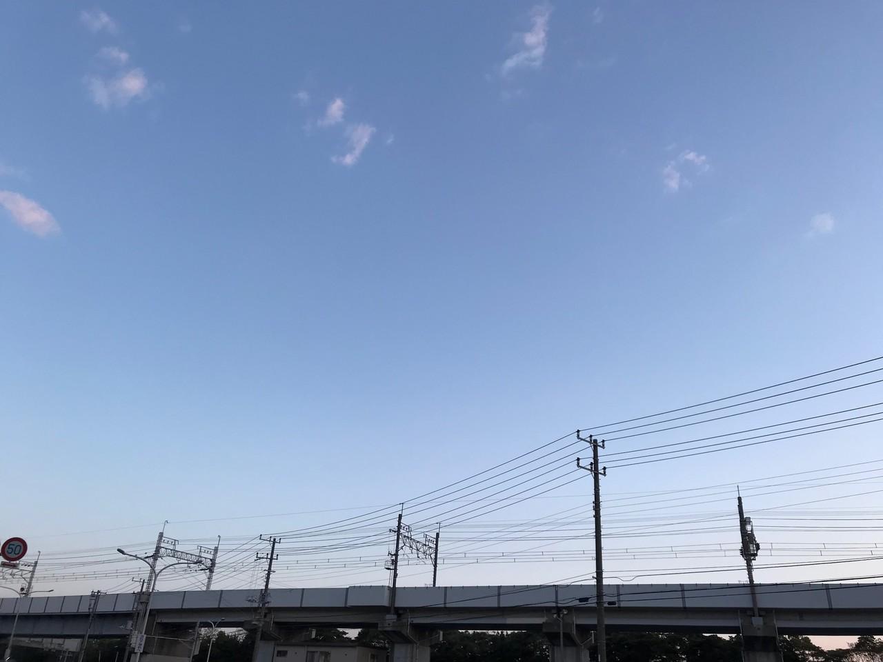 早朝の空と電車