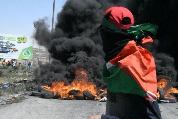 中東一精強な軍隊にパレスチナの民は丸腰で立ち向かう。実際には石を投げるのだが、最新鋭の兵器で武装したイスラエル軍から見れば、無防備である。     米国はよりにもよってイスラエル建国の日、すなわちパレスチナの軍事占領が始まった日に、大使館をエルサレムに移転した。パレスチナ国家建設の望みを踏みにじられた人々は、イスラエル軍が銃口を向けて構える国境に向けて大行進した。それは決死の行進だった。