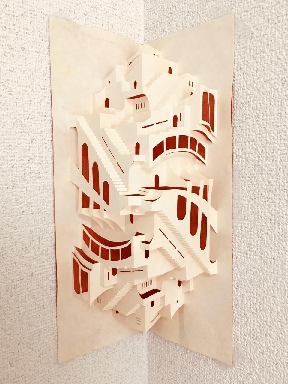 学生頃に制作した折り紙建築。タイトルは「鏡の城」。1枚の紙に切り込みを入れて折っただけで作っています。 もう10年以上経って所々折れたりしているので、額装するなり、新しく切り出し直すなりしてあげたい作品。