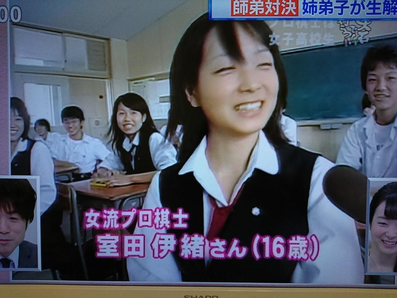藤井聡太七段の姉弟子で囲碁の井山さんの元奥様。現在は離婚されたそうですが、美貌は変わらず。  見た目とは裏腹に毒舌で、藤井聡太七段をよくからかっているような。