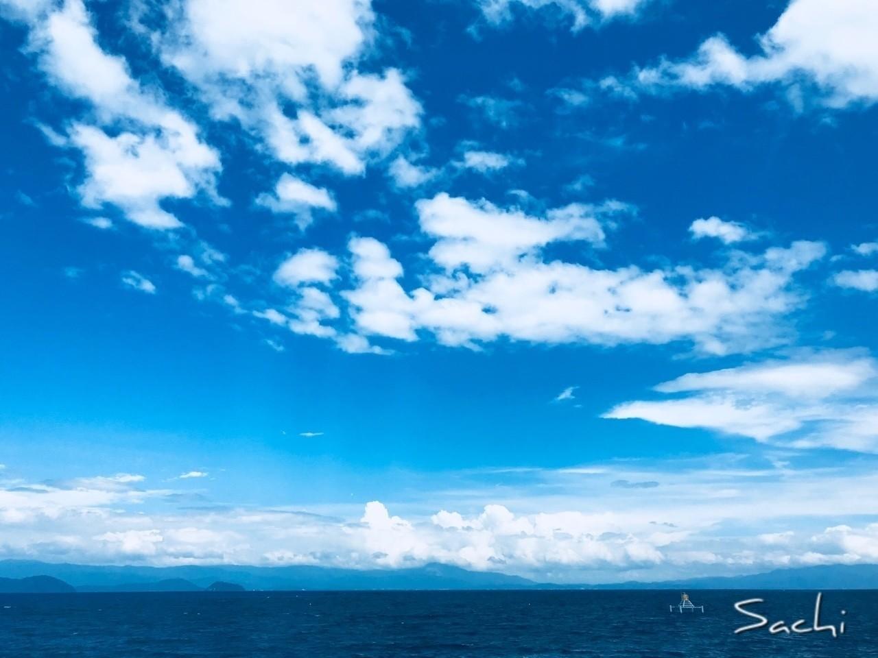 青い世界  驚くほどのスピードで  心にスーっと入り込んで  もの凄いスピードで  心の中を綺麗にしていく  同時に笑顔の種も運んでくる  人を元気にするプロ  #写真 #空 #琵琶湖 #青い世界 #人を元気にする #プロ