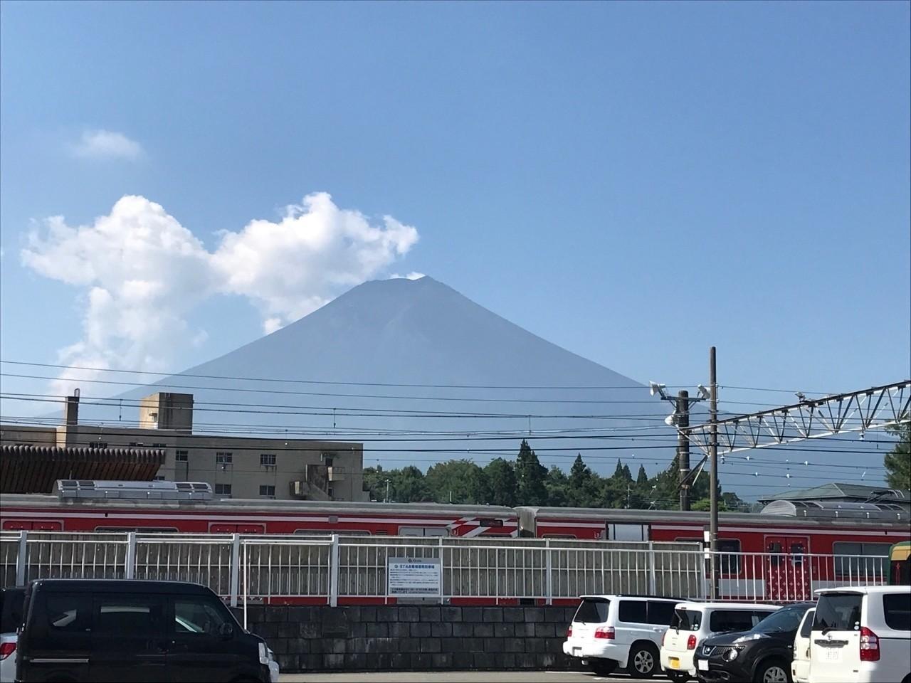 富士山駅から富士山を望む マン...