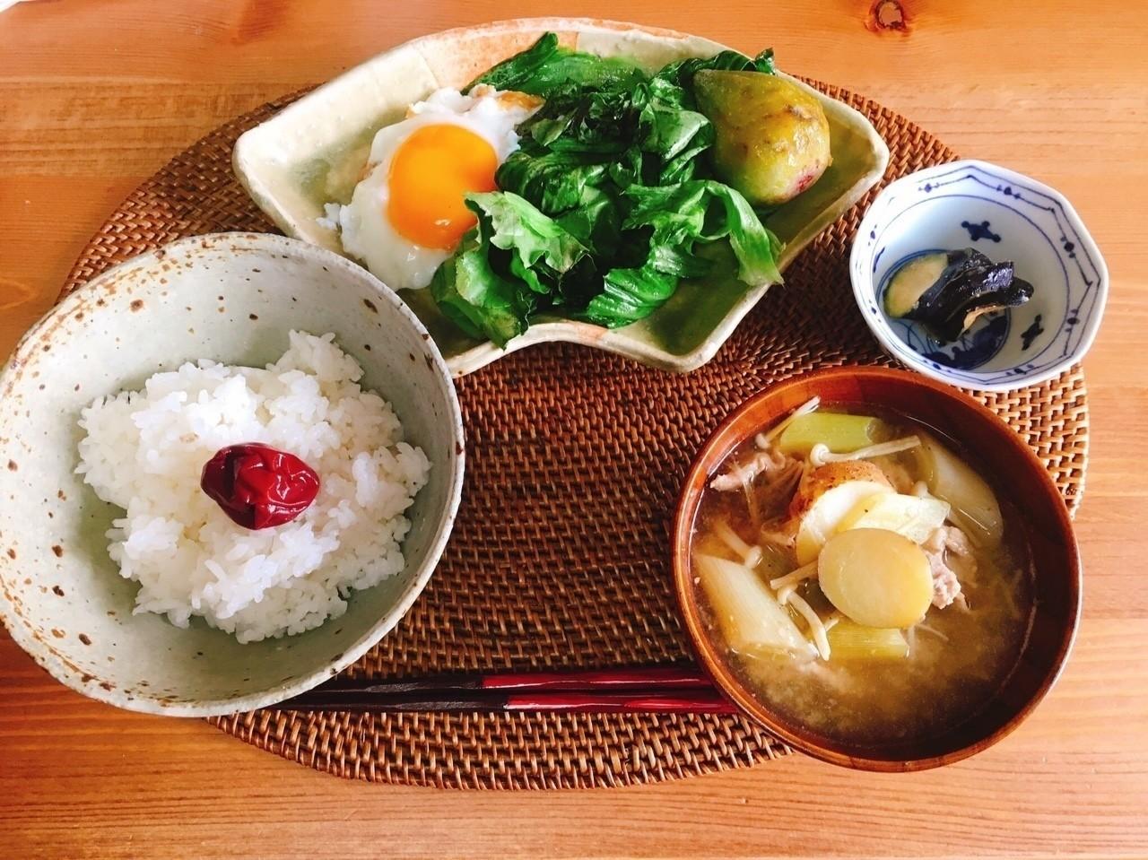 8月29日朝。 昨日作った豚汁アゲイン。なすを味噌で揉んだだけの漬け物が簡単すぎてお気に入り。梅干しはいろむすび山菜やさんの昔ながらの梅干し。レタスは残ってたのをわしゃっと。満腹ですわい。 #一汁一菜 #一汁一菜でよいという提案 #一汁一菜ごはん #お味噌汁 #豚汁 #料理 #和食 #なす #毎日ごはん #ウチコの名もなきごはん