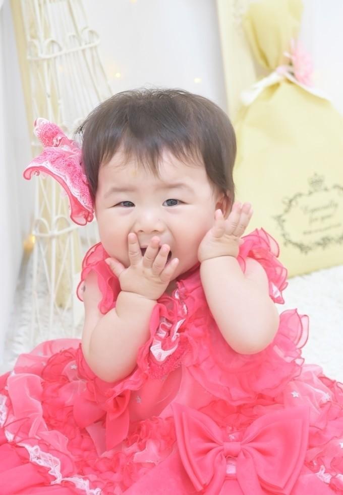 1歳バースデー撮影/ドレスにお着替えしてすぐに笑顔を見せてくれる1歳さんで、仕草も表情もとても愛らしかったです!