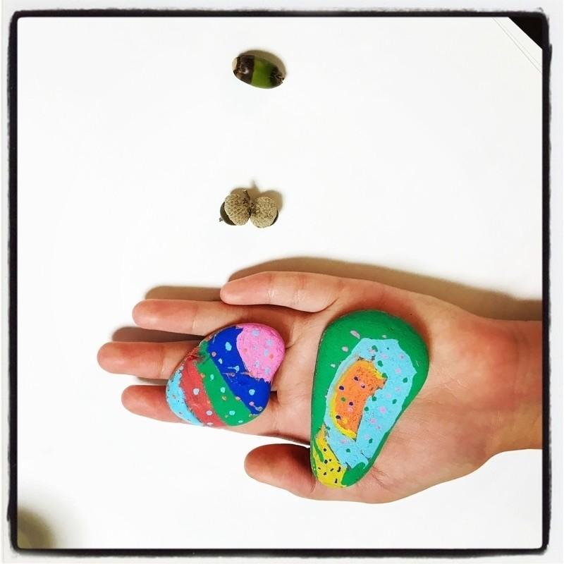 今年の夏休みにはじめての3泊4日サマーキャンプを楽しんで来た(?)子どもが、みんなと作った思い出の「虹色石」です。 石にペイントした作品はこれまでにもいくつか作って来ましたが、これは特別にカッコイイ!!!と思いましたよ。