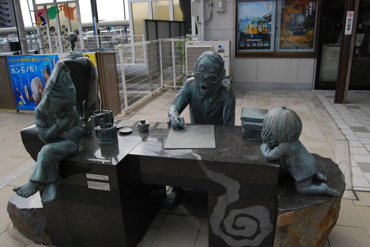 境港のターミナル前にある、創作活動に励む水木しげる先生の銅像。両サイドには鬼太郎とねずみ男も。