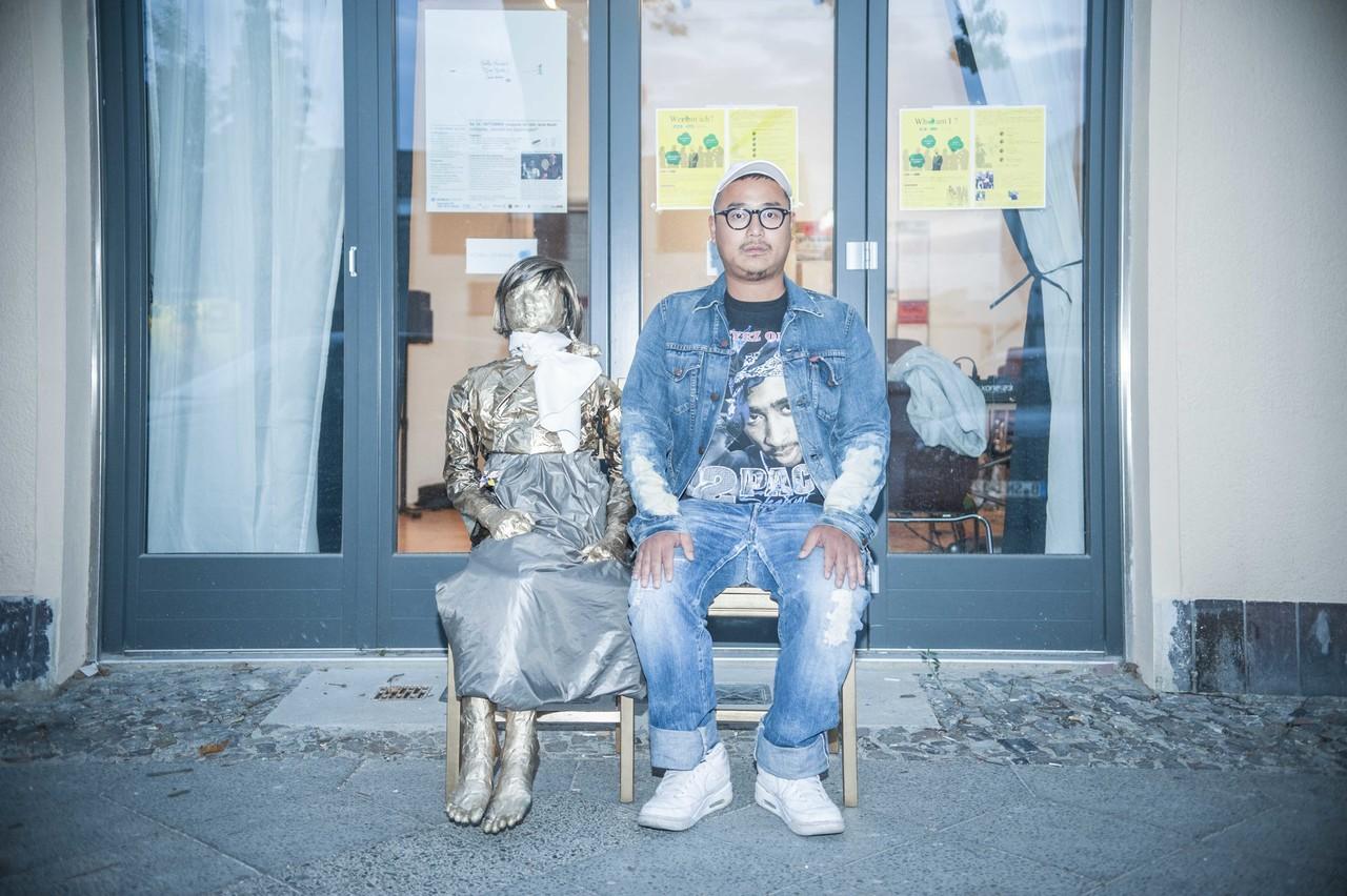 従軍慰安婦像とラッパー in Berlin photo by Tsukasa Yajima