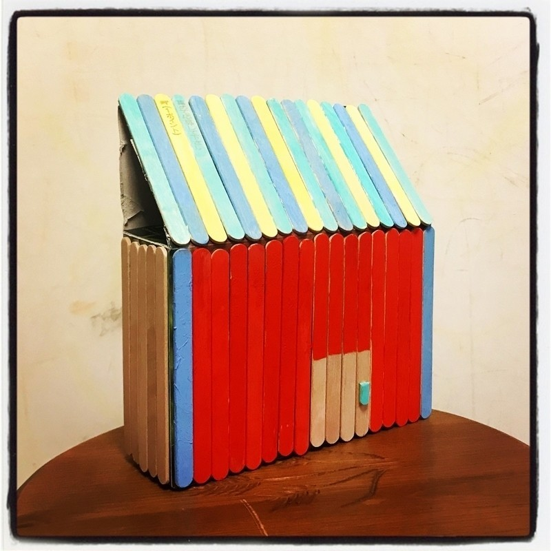 アイスキャンディの棒を使って「カラフルな家」を作りました。