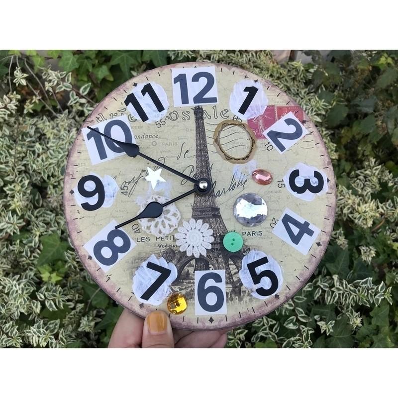 子どもが年中さん(5歳)の時に時計を覚えるために作った時計でした。とにかく数字が見易く、解り易い時計を作りたかったのです。結局のところ、どれもそれほど解り易くは出来上がらなかったので、学習用の時計を買ったのですが。今も使っているこの時計を見るたびに、工作の楽しさや、時計を覚えようと努力していた当時を思い出すのでした。