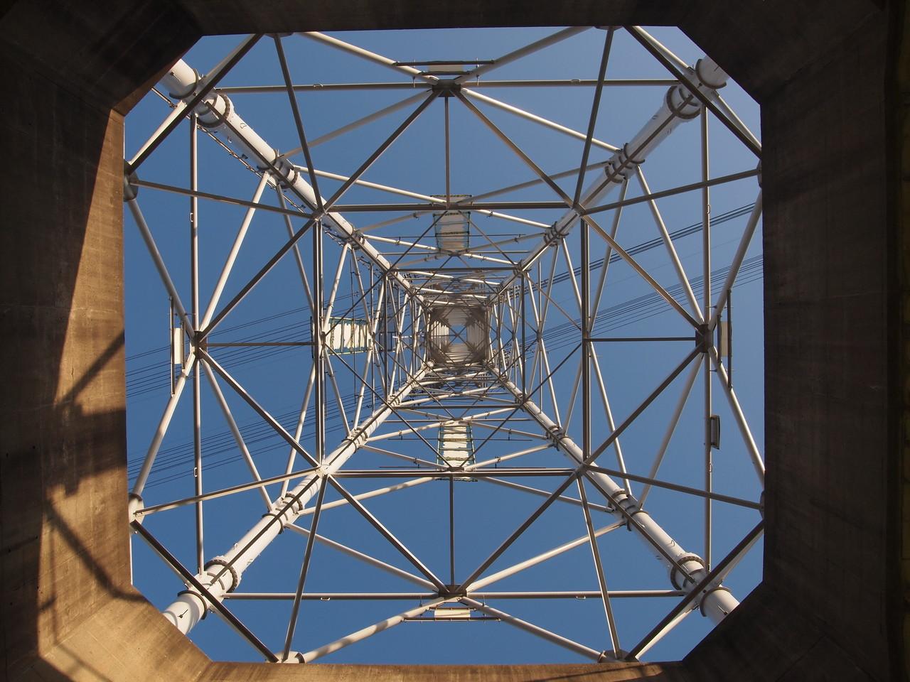 台座付き鉄塔の結界。2014年9月撮影。