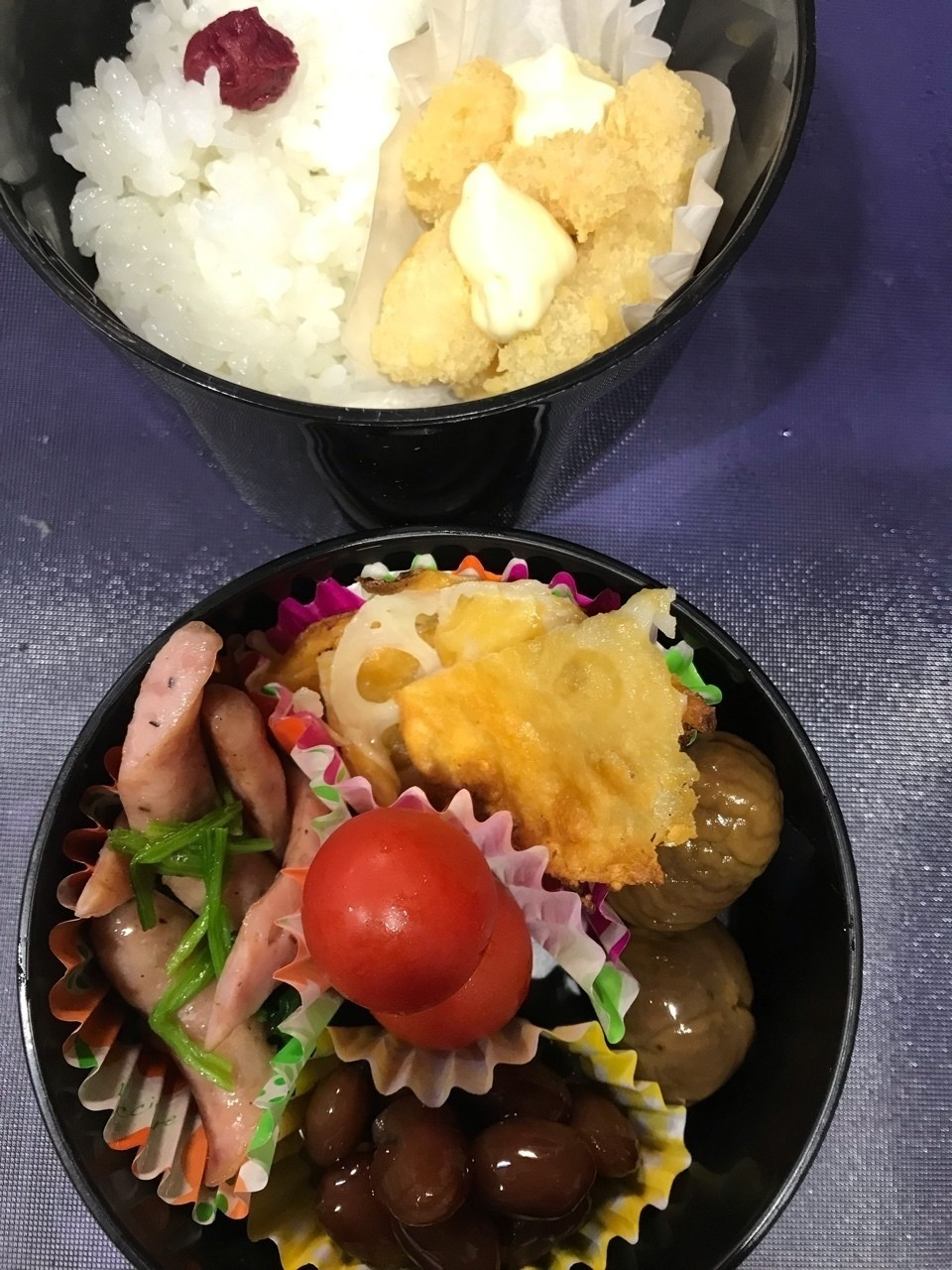小梅干しご飯、エビフライ🍤タルタルソース、レンコンのチーズ焼き(noteで流行った時に作って冷凍していた)、甘栗、金時豆、ほうれん草とウィンナーのバタ炒め、プチトマト  #noteお弁当部 #note弁当部 #お弁当