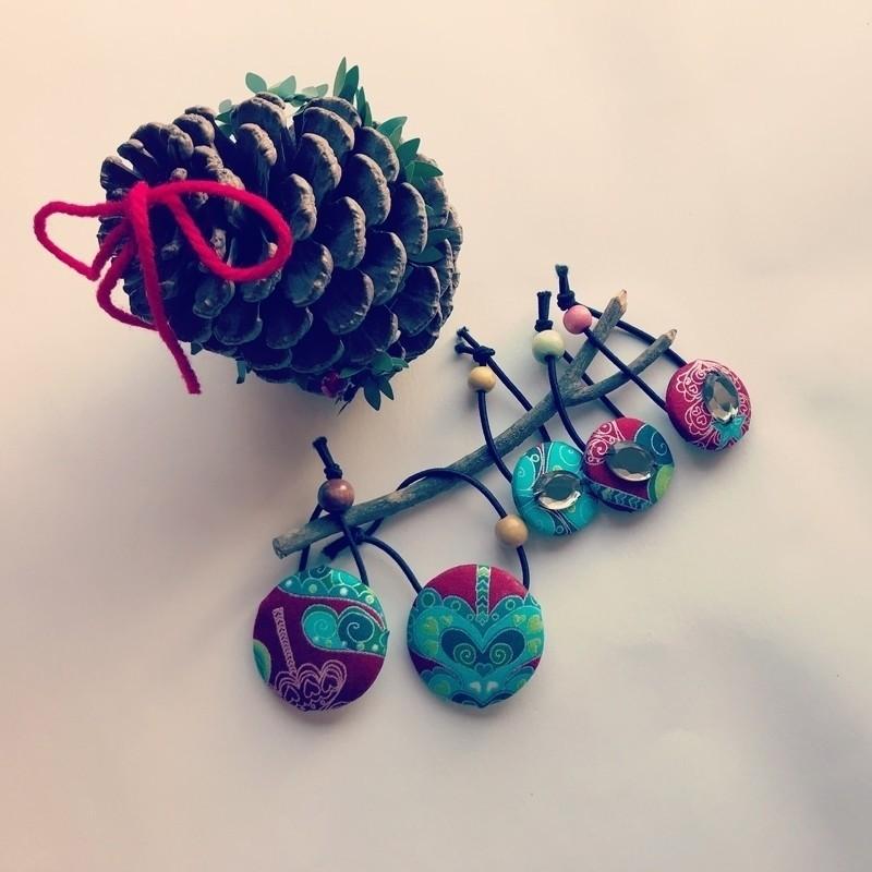 週末は幼稚園のクリスマスツリー点灯式へ行って来ました🎄 今年もキレイだったなぁ、アドベントも3日目。 画像はクリスマス絵柄のヘアゴム。 先日、小学校のバザー的なお祭りで売り切れました。 ヘアゴムはワークショップにご参加いただいた方のお土産にしたり 季節の絵柄で時々作ります◎