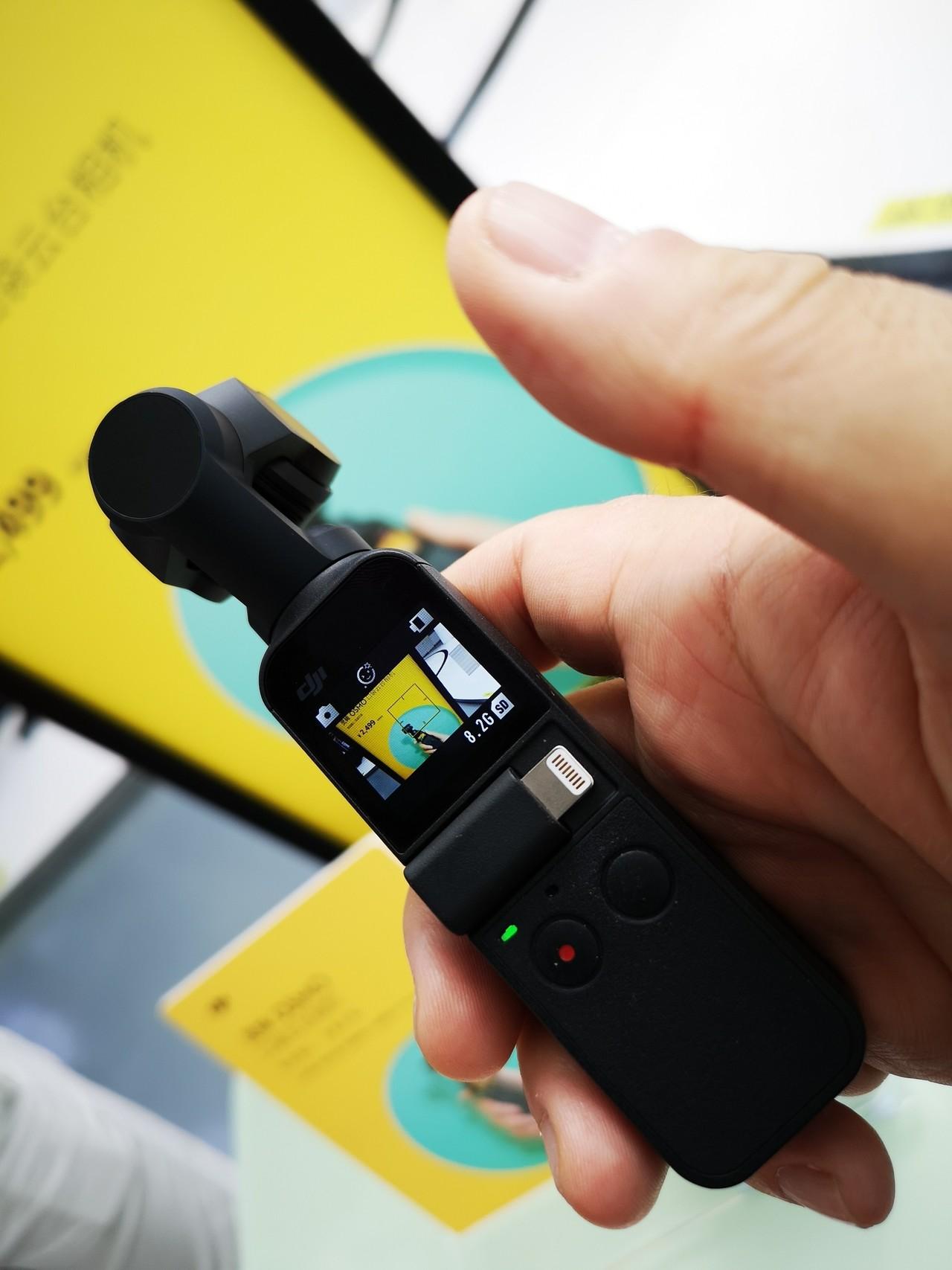 DJIの新製品カメラ付きジンバルのOsmo Pocket。 手のひらサイズ114gだが1/2.3インチのセンサーを積んでいる 最高級のスマホよりさらに大きく、その分きれいな写真が撮れる  もちろんジンバルとして手ブレのない動画が撮れる