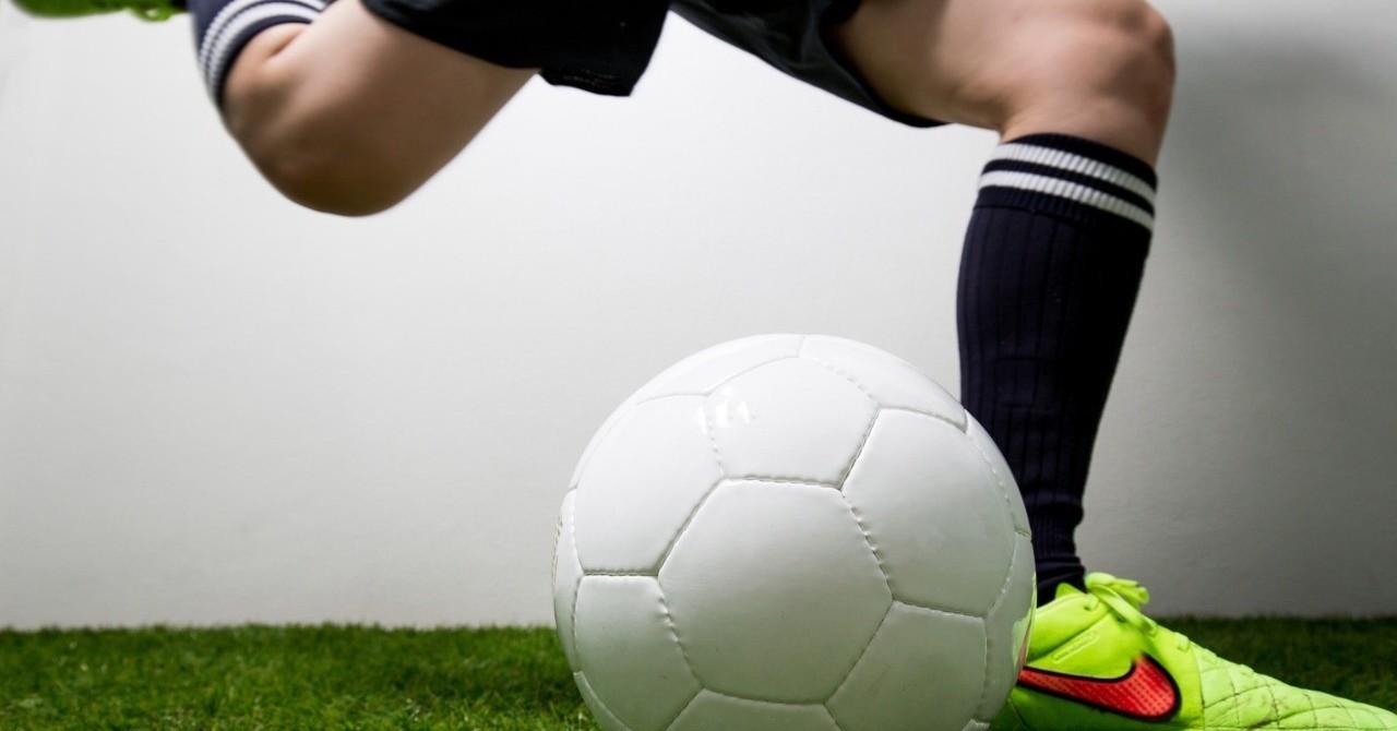 20190101サッカーボールを蹴る