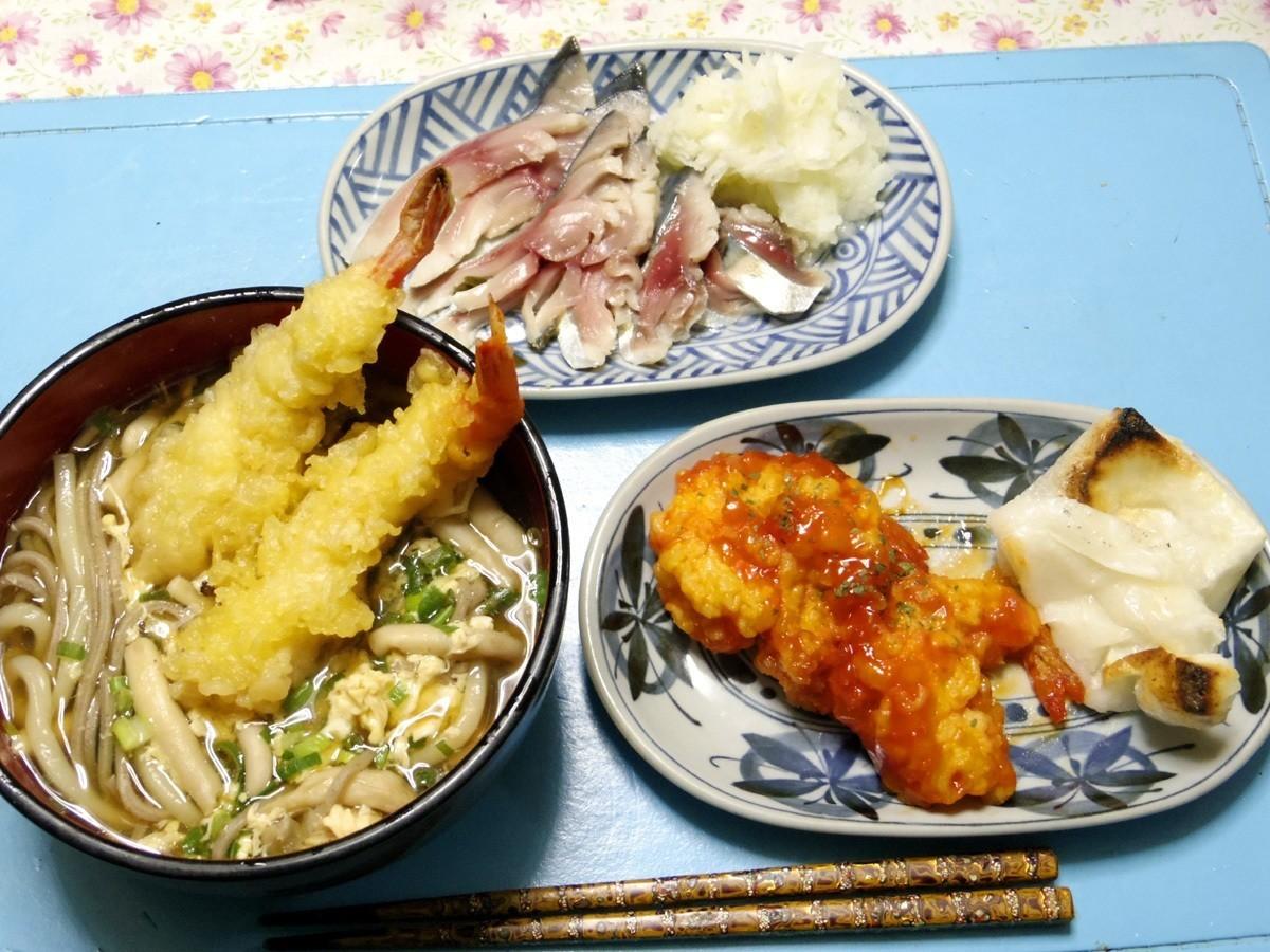 今夜はしめ鯖の柚子大根おろし添え、エビチリ、モチ、天ぷらうどんそばです。