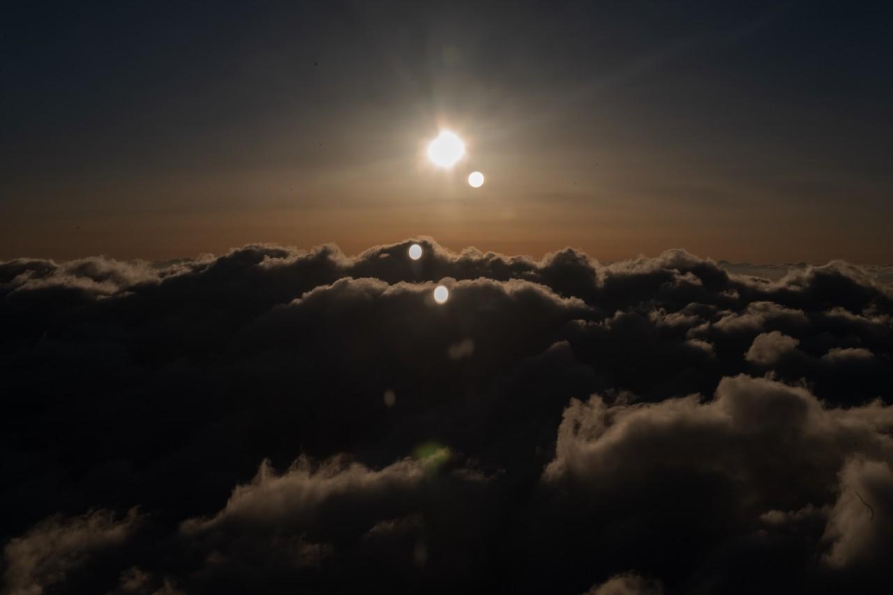 朝の飛行機に乗って,朝焼けの空港から朝焼けの空へ飛び立つ瞬間が好きだ