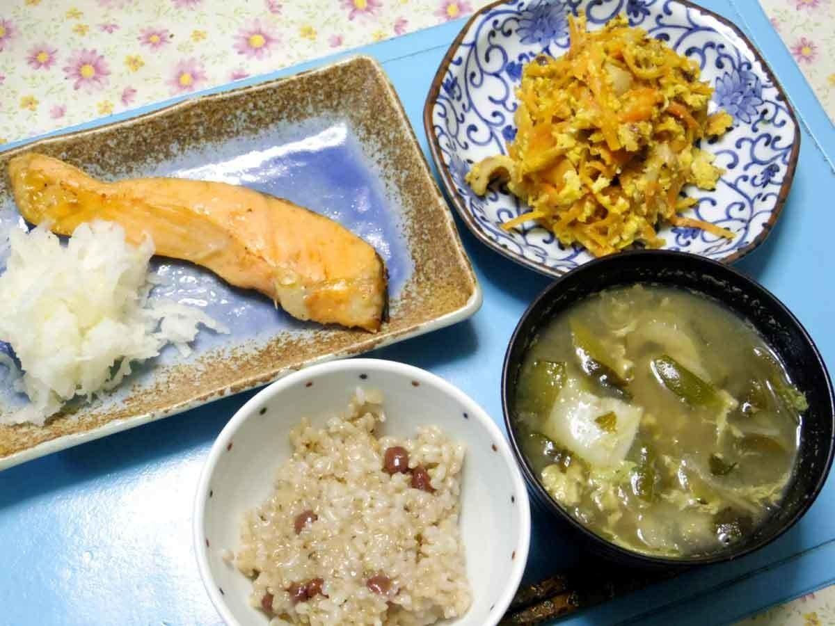 今夜は焼き鮭の湯時大根おろし添え、鶏胸卵人参オニオンチップのにんじんしりしり、大根白菜ワカメとかの汁、炊き立て小豆ご飯です。