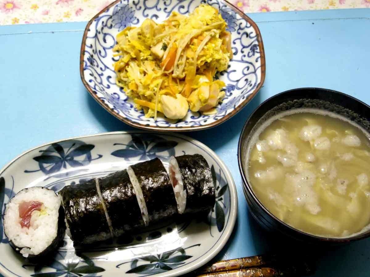 今夜はエノキニンジン鶏肉ハムのスクランブルエッグ、白菜とかじゃがいもとか玉葱とかのお味噌汁,いつもお世話になっております。いいえ今夜は鉄火巻きパーティよです。