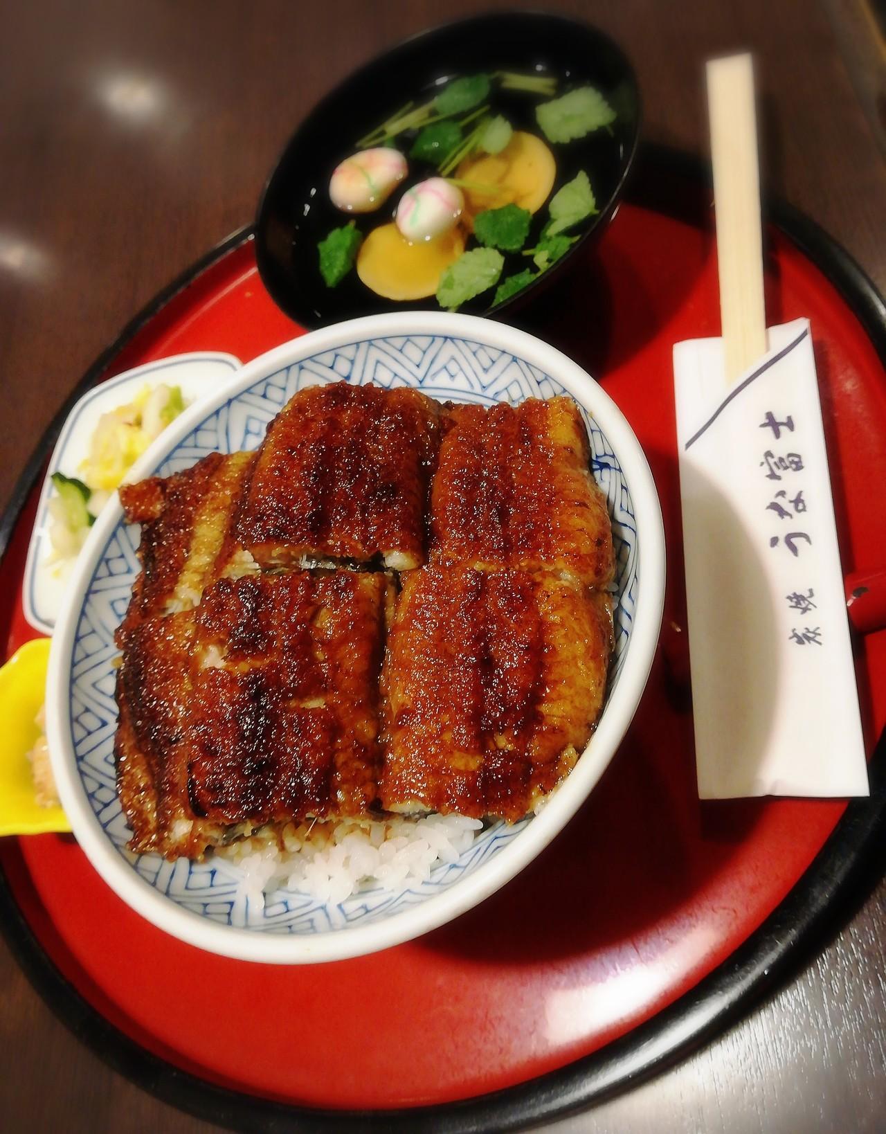 関西風と関東風の中間的なうなぎの蒲焼きが良い感じのうな丼。
